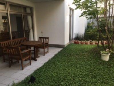 テラスに綺麗な花が咲く有料老人ホーム介護福祉士はヘルパー時給1350円|北伊丹